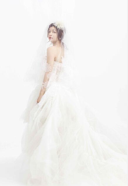 相关阅读: 包贝尔包文婧的调皮可爱婚纱照 女生为什么比男生更看重