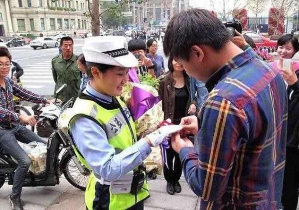 因违章罚款结缘 小或者成功求婚女交警