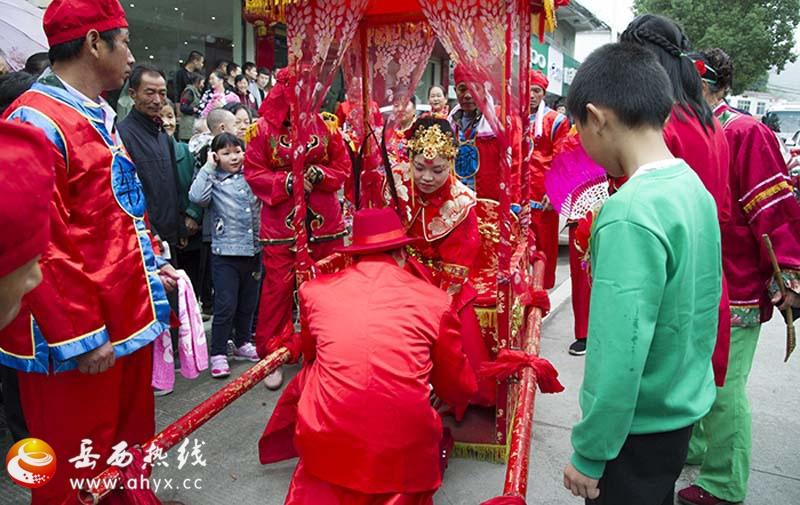 这样喜庆的中国红婚礼你喜欢不