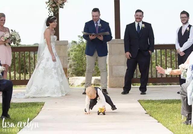 婚礼上的小朋友注定是抢镜的高手