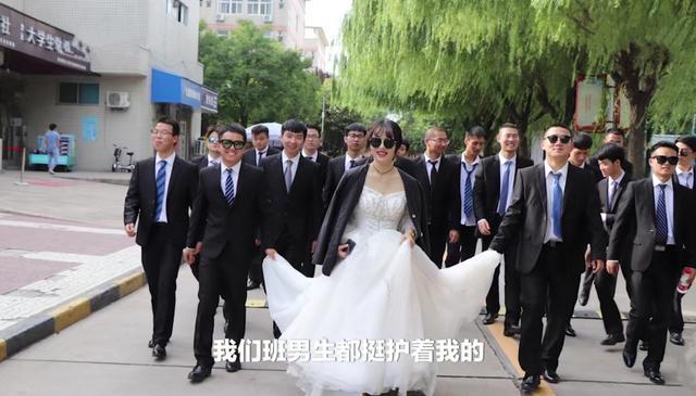 一个女生和28个男生的婚纱照